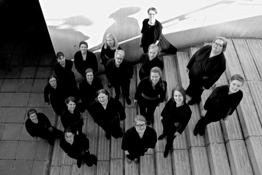 Mustavalkoinen kuva Kaari-ensemblestä portaissa