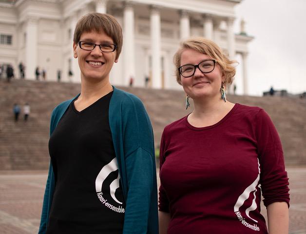 Saara ja Laura tuomiokirkon portailla